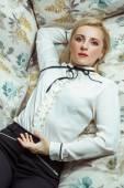 Fotografie Krásné kavkazské blondýnka modelka pózuje na pohovce