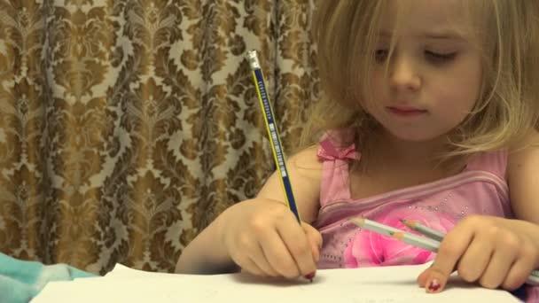 Aranyos aranyos festő lány toll hozzon létre egy képet. 4 k Ultrahd, Uhd