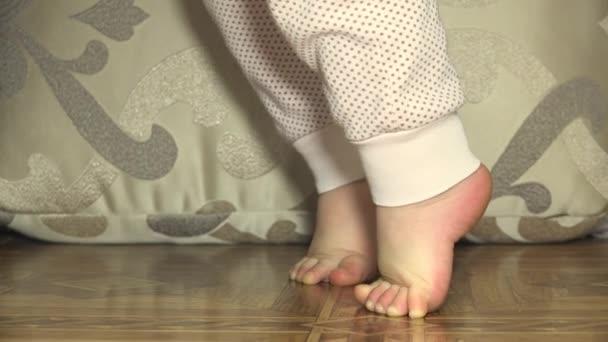 Novorozence Baby nohy. Closeup. 4 k Ultrahd, podstavec