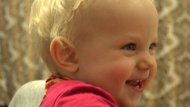 Novorozená holčička směje a baví. Closeup. 4 k Ultrahd, podstavec