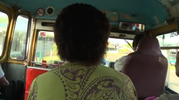 Buszon utazó fidzsi utasok