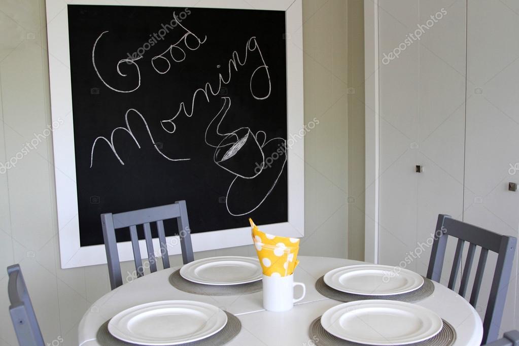 Tavolo da cucina bianco e sedie grigi lavagna dice Buongiorno — Foto ...
