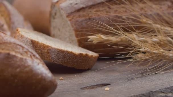 Detailní záběr čerstvě upečeného celozrnného chleba se pohybuje ve zpomaleném pohybu.