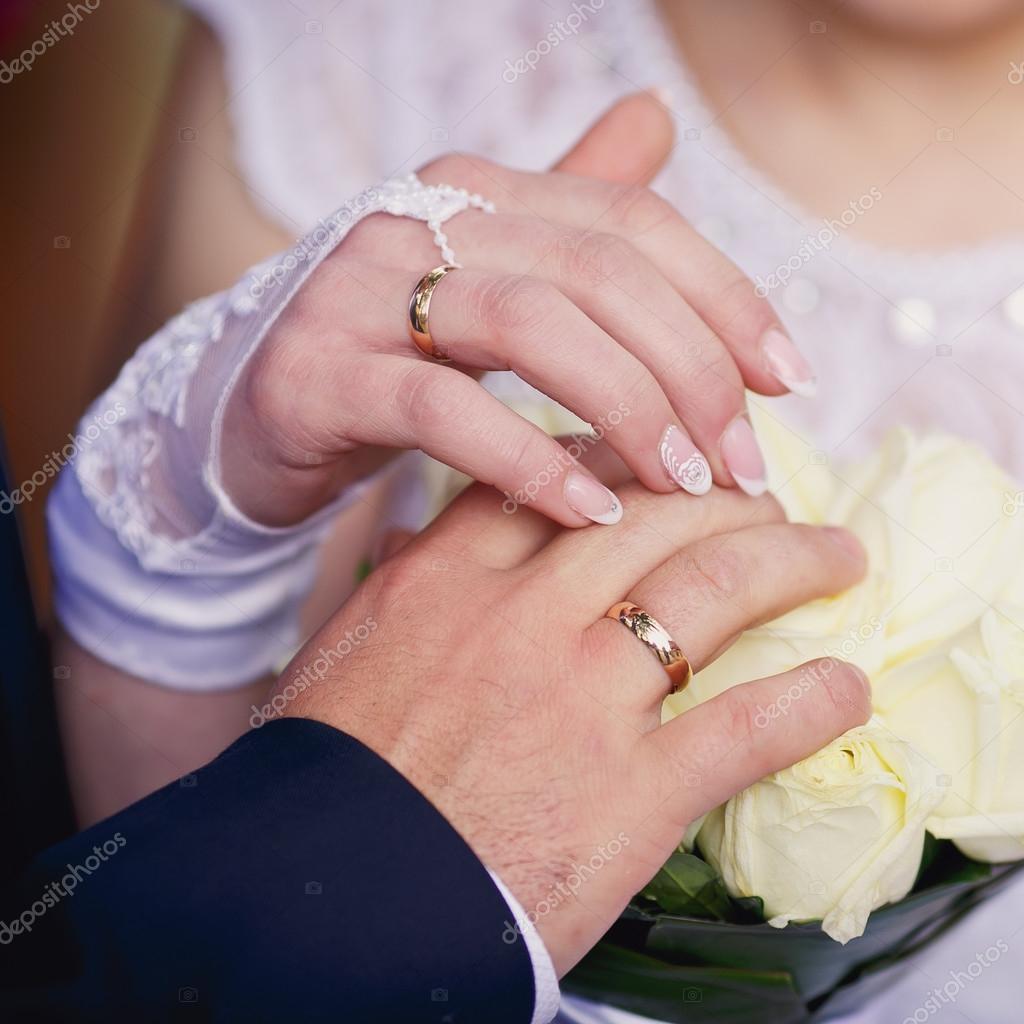 Bride and groom\'s hands with wedding rings — Stock Photo © Kucheruk ...