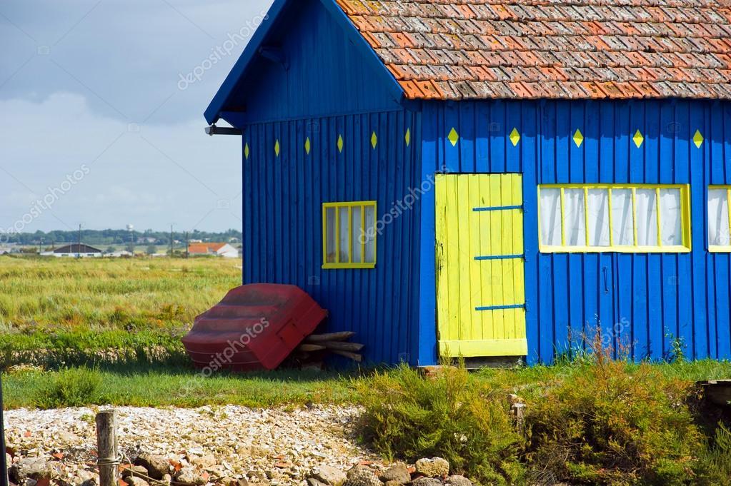 Casa di campagna in legno blu con una porta gialla foto for Piani casa di campagna 2000 piedi quadrati
