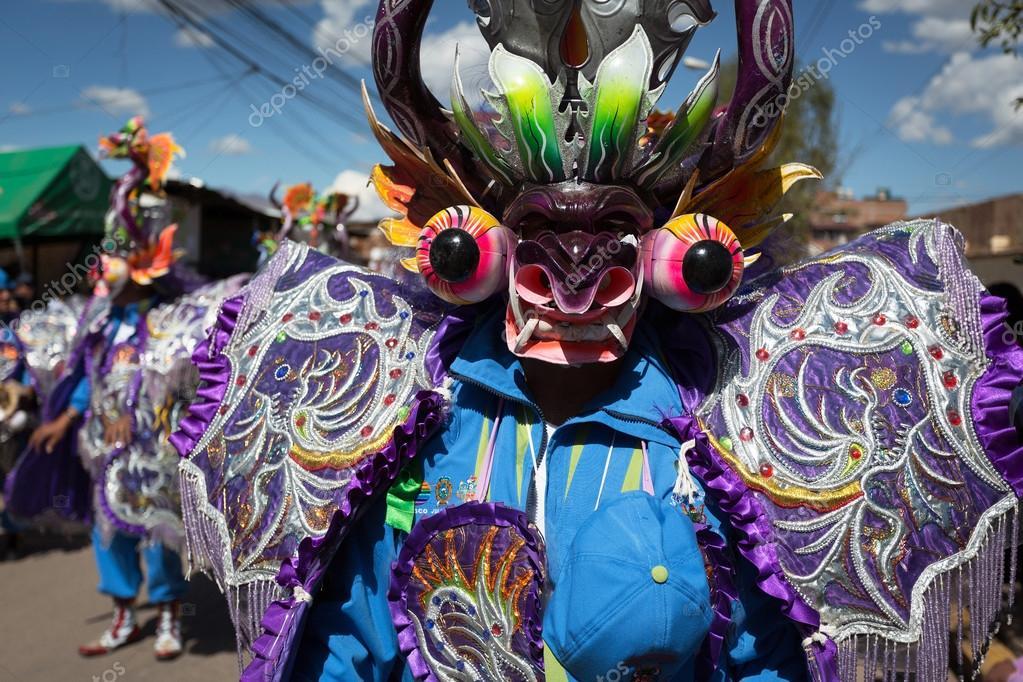 Participantes del desfile en trajes de carnaval, Cusco, Perú