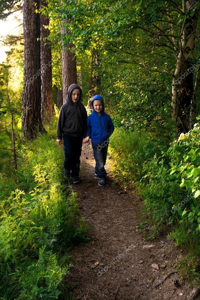 Дети в лесу Цветок колокольчик в лето - Depositphotos