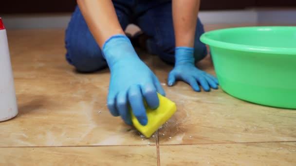 Ruce mladé dívky v domácnosti myjící mramorové dlaždice v kuchyni. 4k