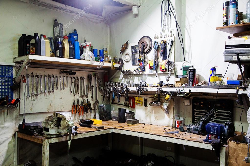 Toppen Arbetsbänk med verktyg i garage — Stockfotografi © Milly7 #63268091 OC-81