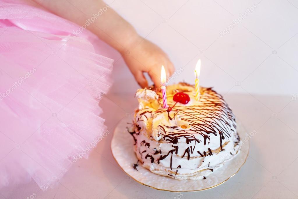 Kinder Behandeln Die Geburtstagstorte Mit Kerzen Stockfoto
