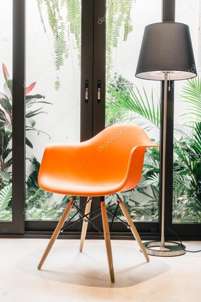 Stuhl Orange Dekoration im Wohnzimmer — Stockfoto © mrsiraphol ...