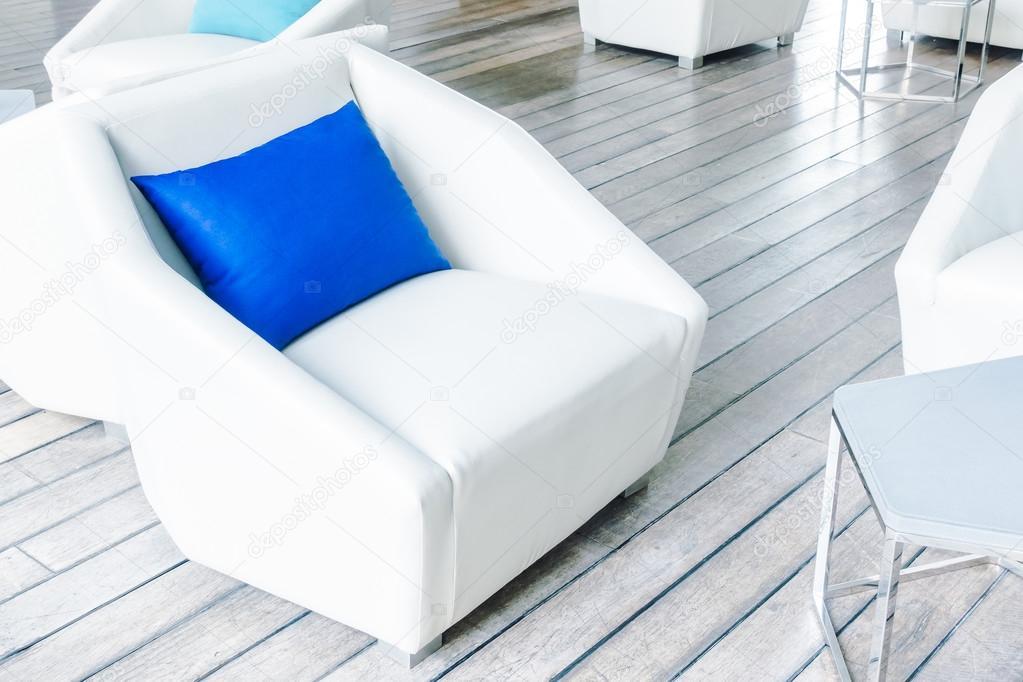 Schöne Luxus-Kissen auf Sofas Dekoration — Stockfoto © mrsiraphol ...