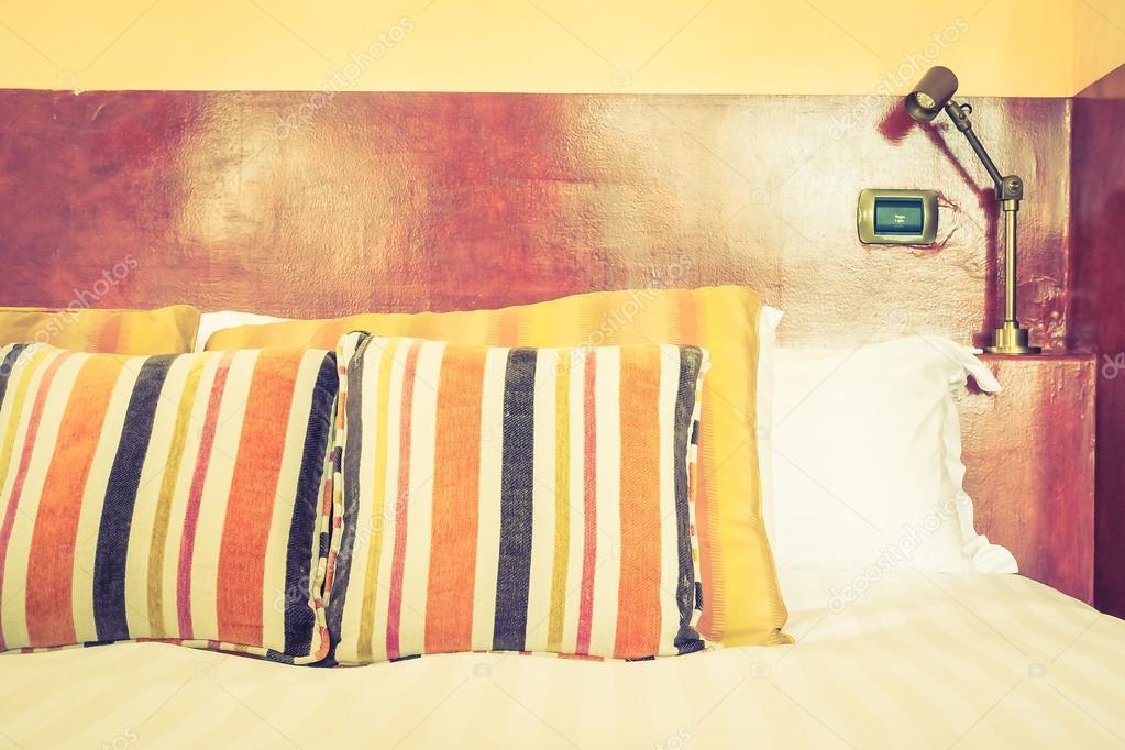 Selektive Fokuspunkt Auf Kissen Und Bett Dekoration Interieur Aus  Schlafzimmer Mit Marokko Stil, Vintage Filter U2014 Foto Von Mrsiraphol
