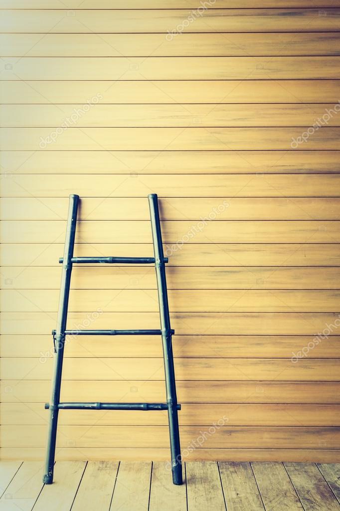 Petit Escalier En Bois Près Du Mur U2014 Image De Mrsiraphol
