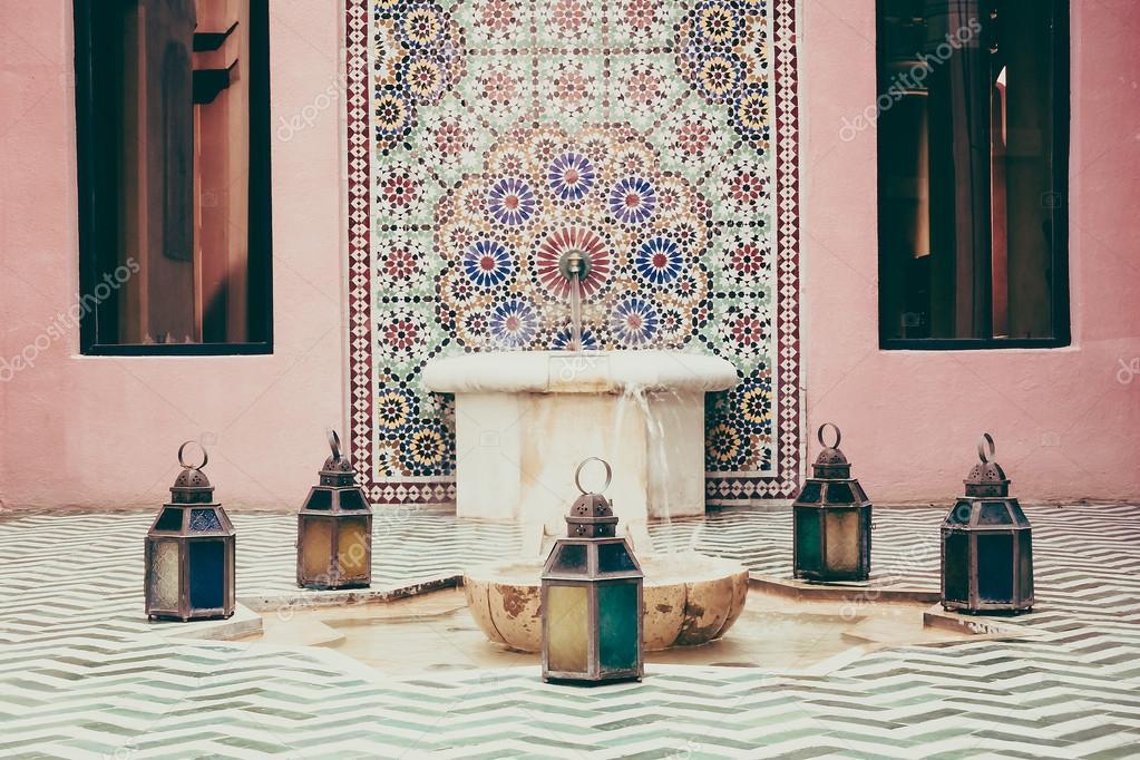 Fontein in marokko stijl decoratie u stockfoto mrsiraphol
