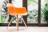 Oranžová židle s světlo lampy