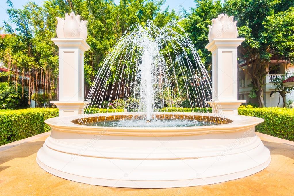 Favoriete Water van de fontein in de tuin — Stockfoto © mrsiraphol #101585002 @RI21