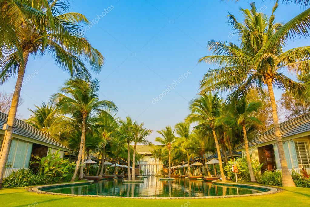 Parasols en stoelen rond zwembad u2014 stockfoto © mrsiraphol #102473620