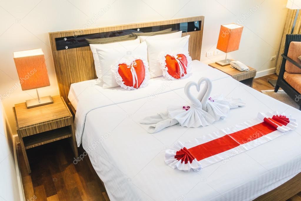 Décoration de lit de luxe belle romantique — Photographie mrsiraphol ...