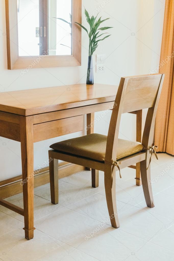 Houten tafel en stoel in de woonkamer — Stockfoto © mrsiraphol ...