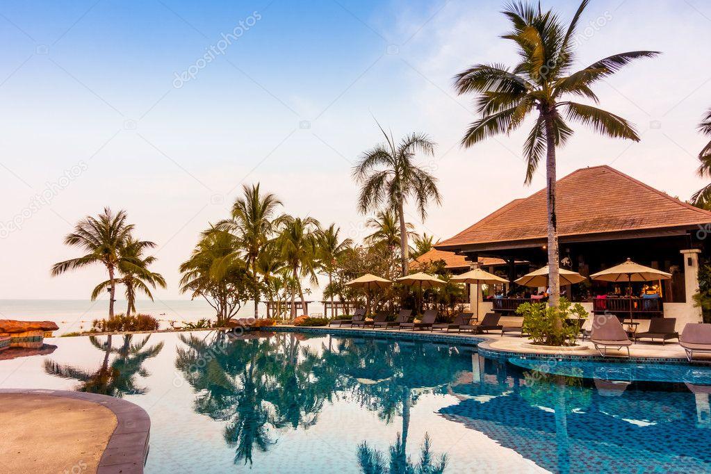 Luxus pool  Luxus Pool mit Palmen — Stockfoto © mrsiraphol #102631858