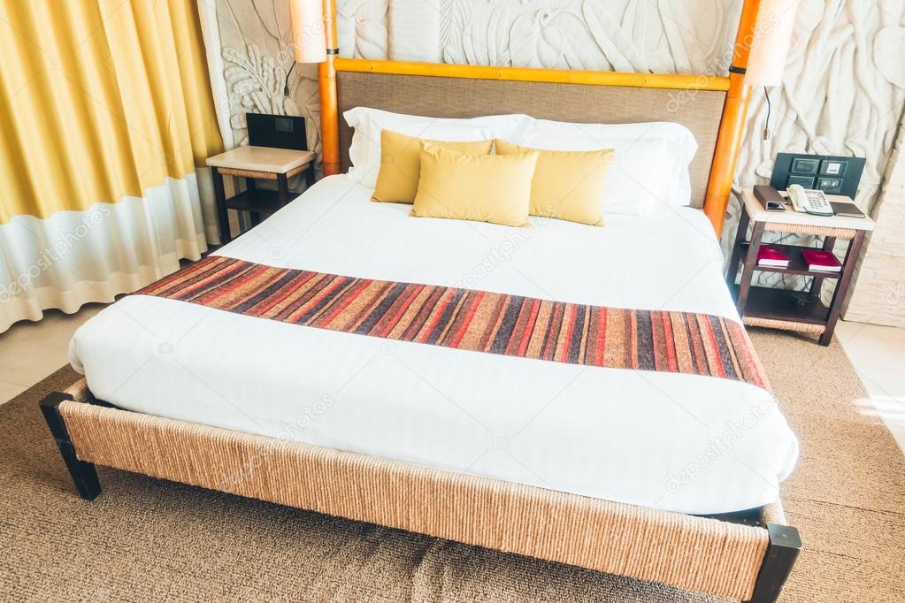 Lindas almofadas na cama de luxo — Fotografias de Stock © mrsiraphol ... 1972de4dd7