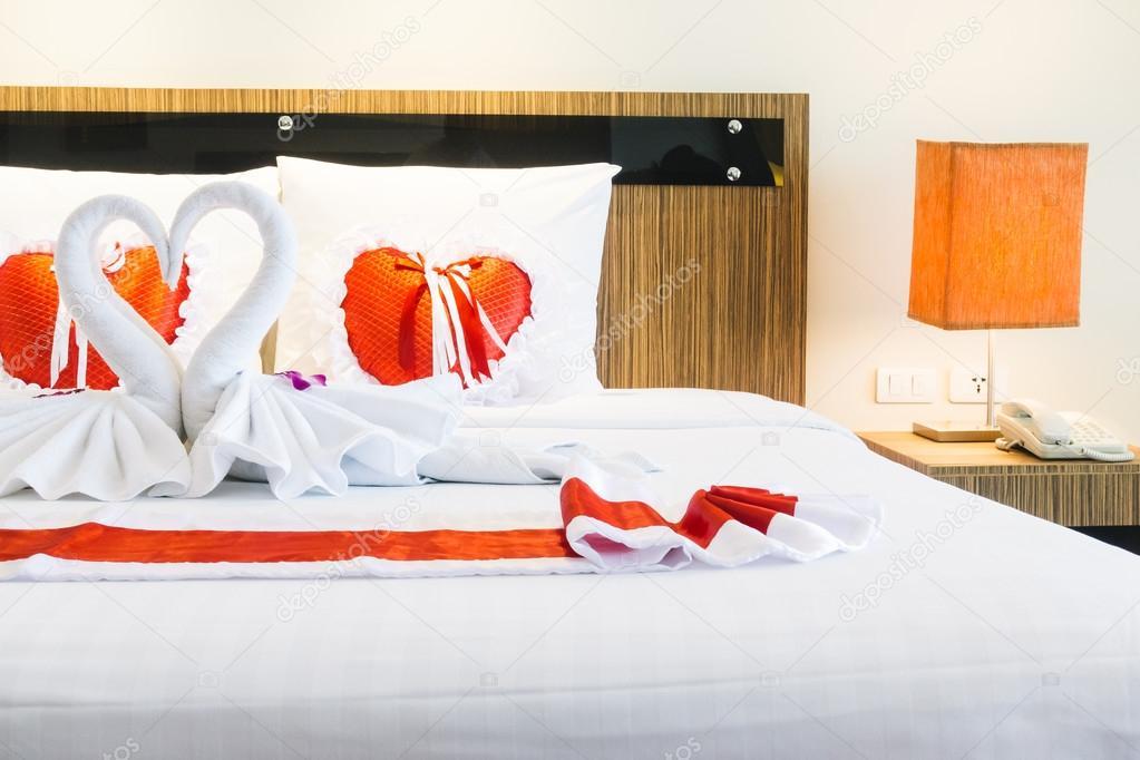 Romantische mooie luxe bed decoratie u2014 stockfoto © mrsiraphol #103168104