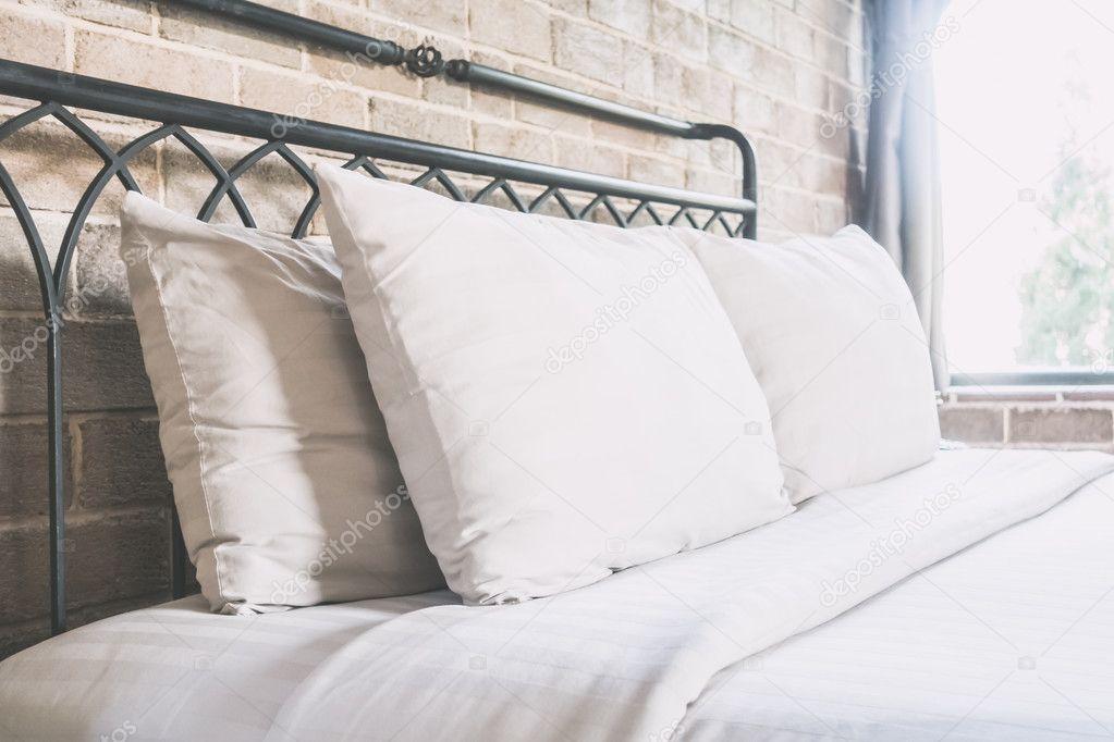 Decoratie In Slaapkamer : Kussens op bed decoratie in slaapkamer interieur u2014 stockfoto