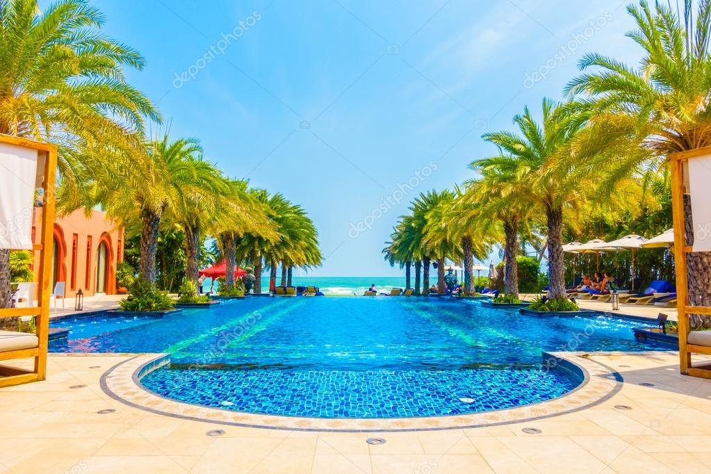 Luxus pool  schöne Luxus-Swimmingpool — Stockfoto © mrsiraphol #103504618