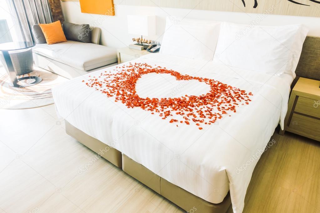 Camere Da Letto Romantiche Con Petali Di Rosa : Cuscini bianchi sul letto e petali di rosa u2014 foto stock © mrsiraphol