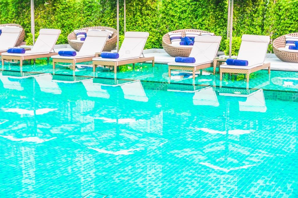 Stoelen decoratie rond zwembad u stockfoto mrsiraphol