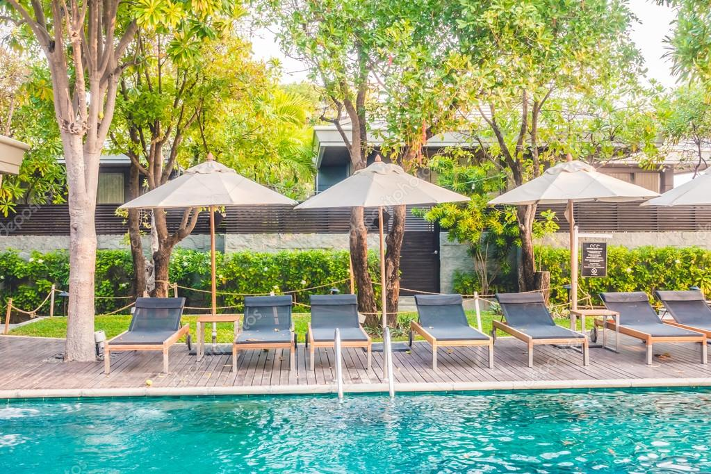 Parasols en stoelen rond zwembad u2014 stockfoto © mrsiraphol #104423164
