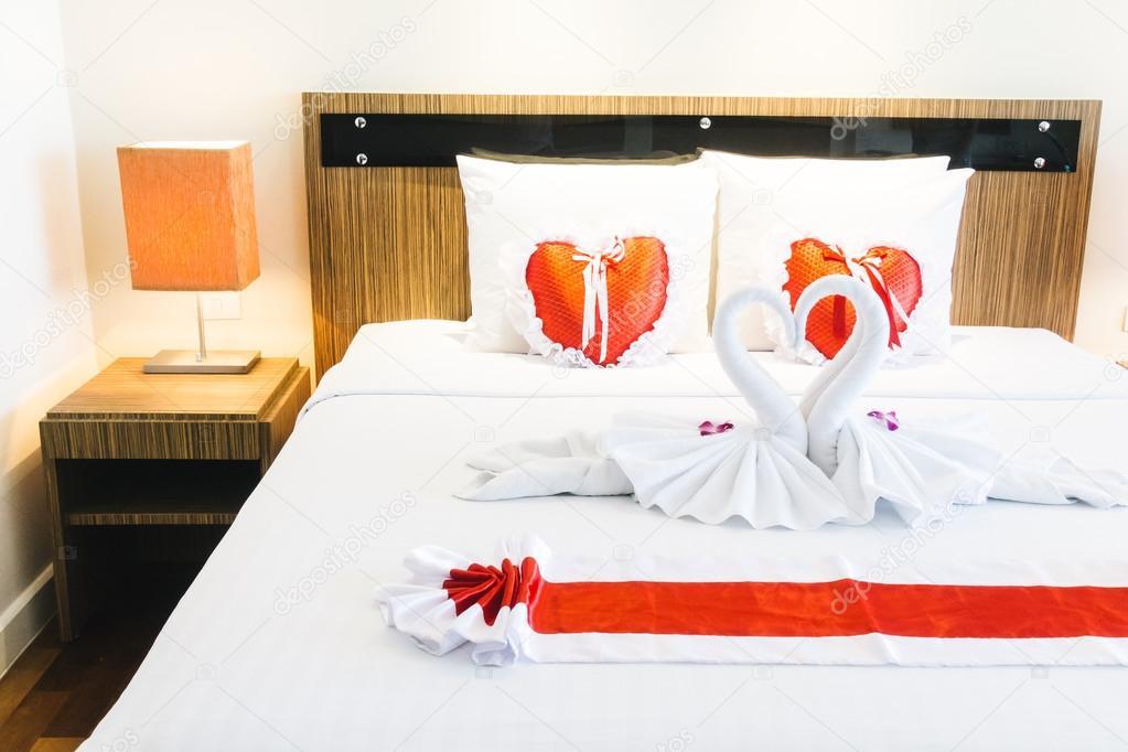 Romantische mooie luxe bed decoratie u stockfoto mrsiraphol