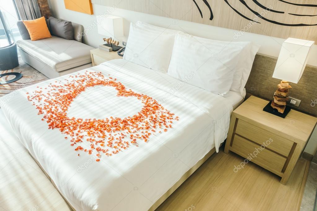 Camere Da Letto Romantiche Con Petali Di Rosa : Cuscini bianchi sul letto e petali di rosa u foto stock
