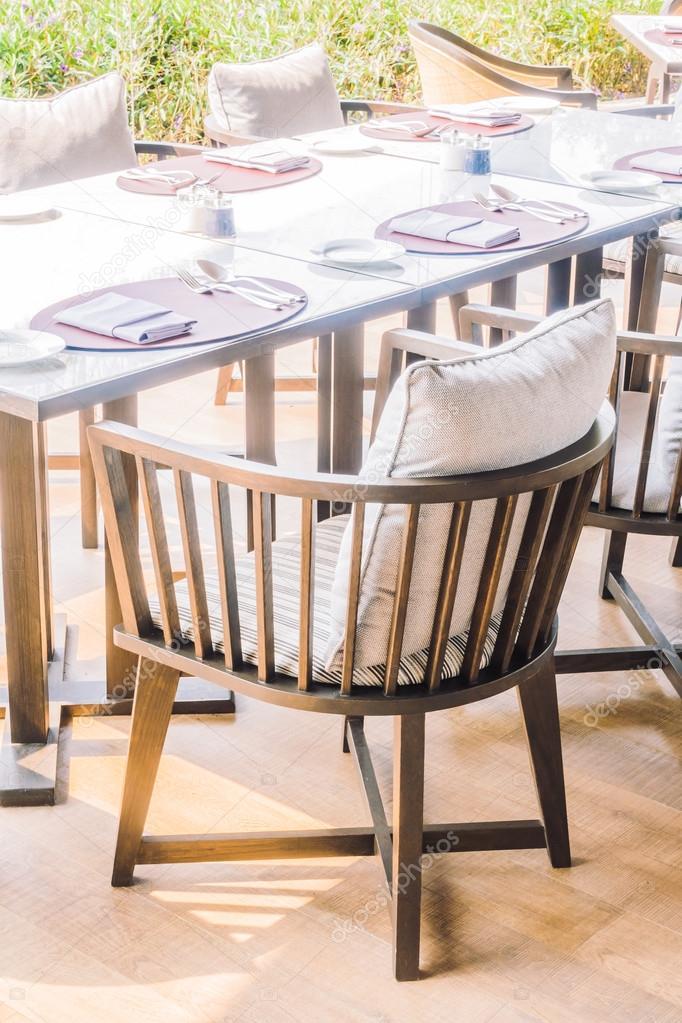 Sillas vacías y mesa para comedor — Fotos de Stock ...