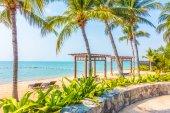 Photo Beautiful beach and sea with palm trees