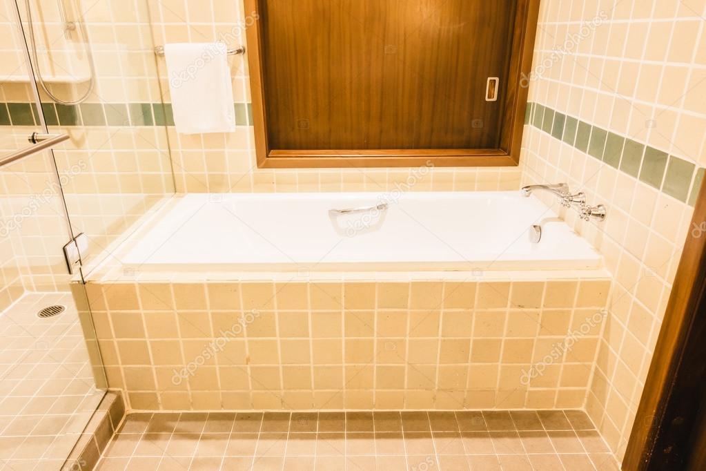 Box Vasca Da Bagno : Vasca da bagno e box doccia u2014 foto stock © mrsiraphol #104929688