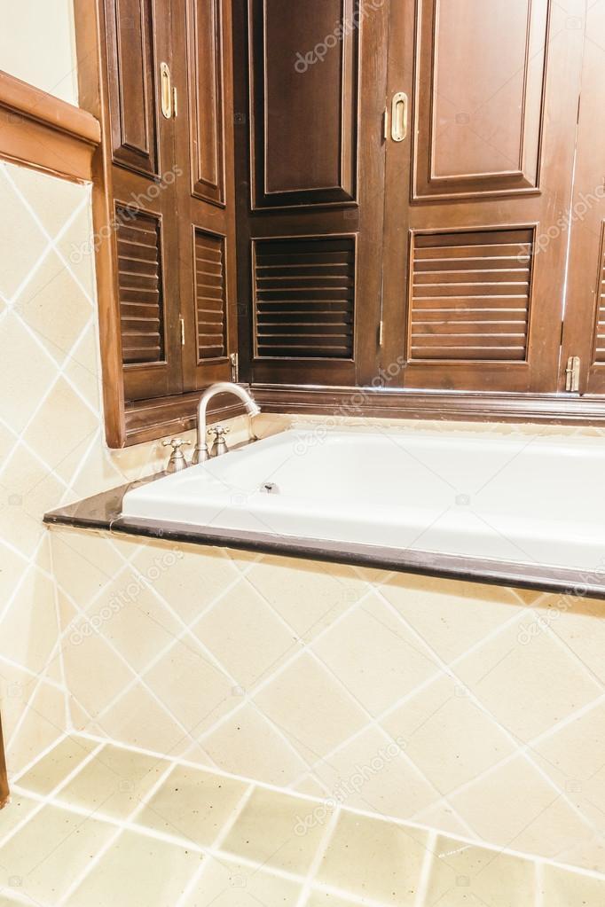 Bella decorazione di vasca da bagno di lusso — Foto Stock ...