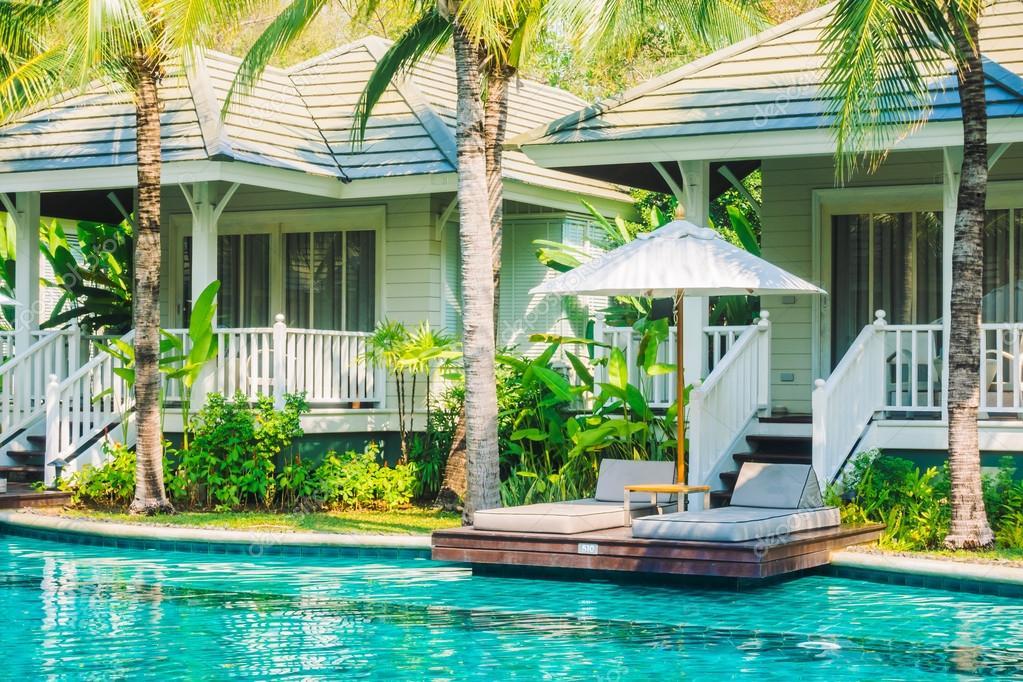 Parasols en stoelen rond zwembad u stockfoto mrsiraphol