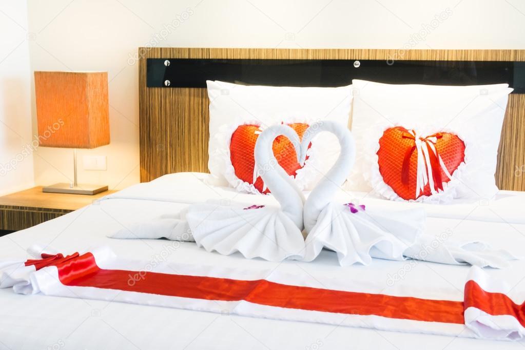 Romantische mooie luxe bed decoratie u2014 stockfoto © mrsiraphol #105982006
