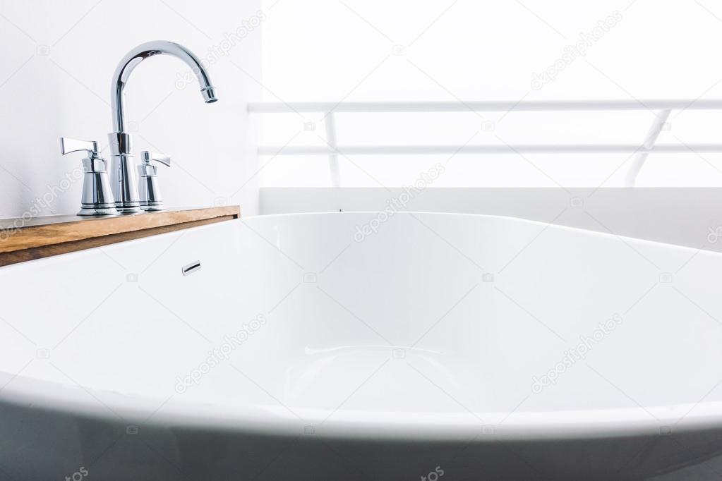 Vasca Da Bagno White : Decorazione di lusso vasca da bagno bianca u foto stock