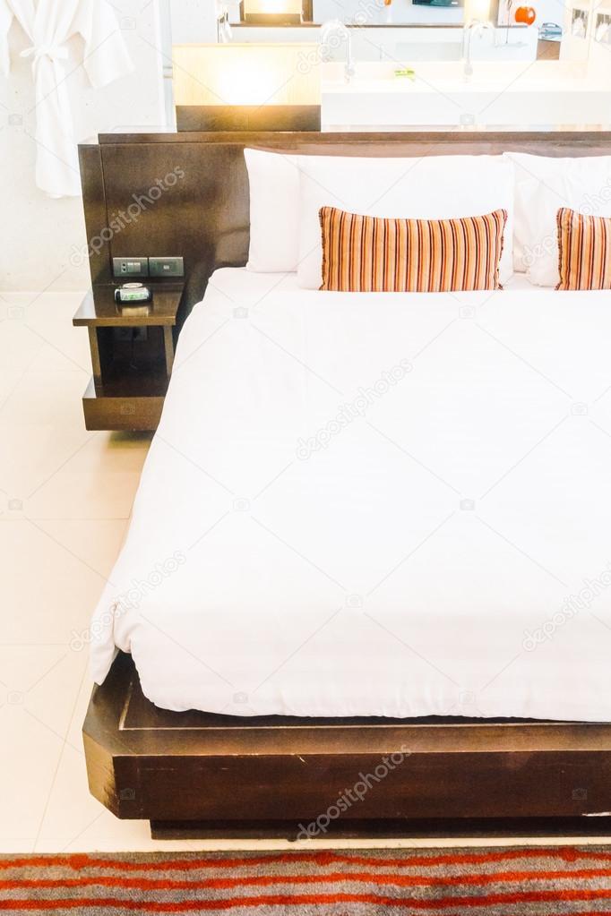 Schone Luxus Kissen Auf Bett Dekoration Stockfoto C Mrsiraphol