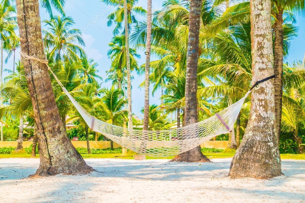Lege hangmat op tropisch strand — Stockfoto