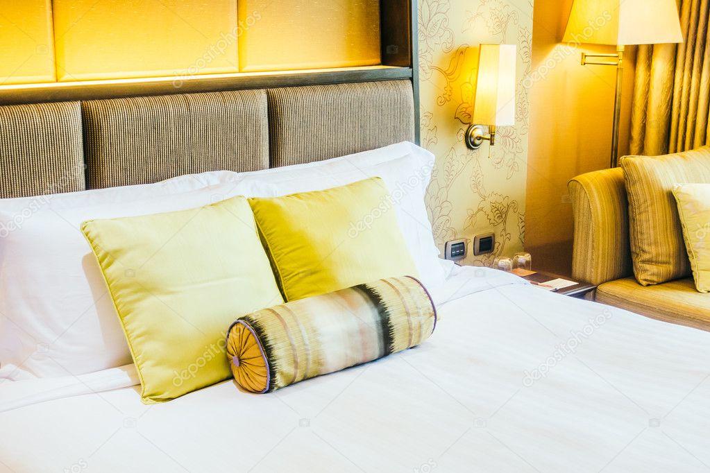 Luxus-Kissen auf dem Bett mit Licht Lampe — Stockfoto ...