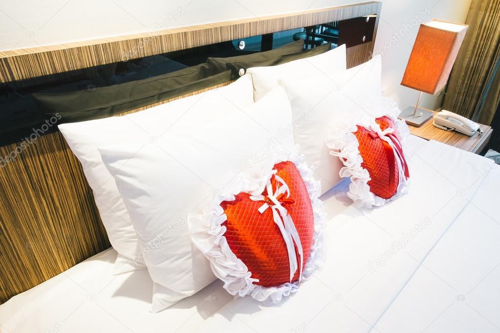 Romantisch Schöne Luxus Bett Dekoration Mit Herz Kissen Licht Lampe Und  Rose Blume Im Schlafzimmer Innenraum   Vintage Licht Filter U2014 Foto Von  Mrsiraphol
