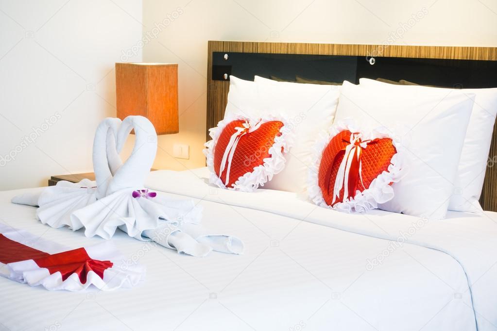 Romantische mooie luxe bed decoratie u2014 stockfoto © mrsiraphol #107343398