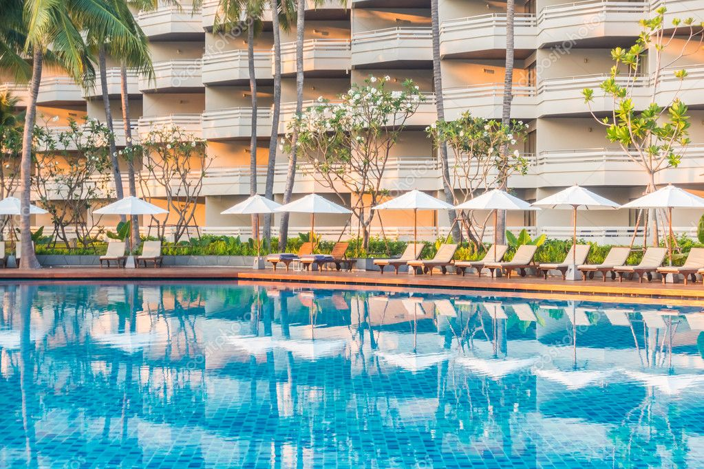 Mooie luxe outdoor zwembad u2014 stockfoto © mrsiraphol #108193020