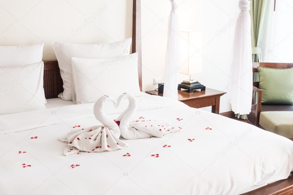 Swan handdoek decoratie op bed u stockfoto mrsiraphol