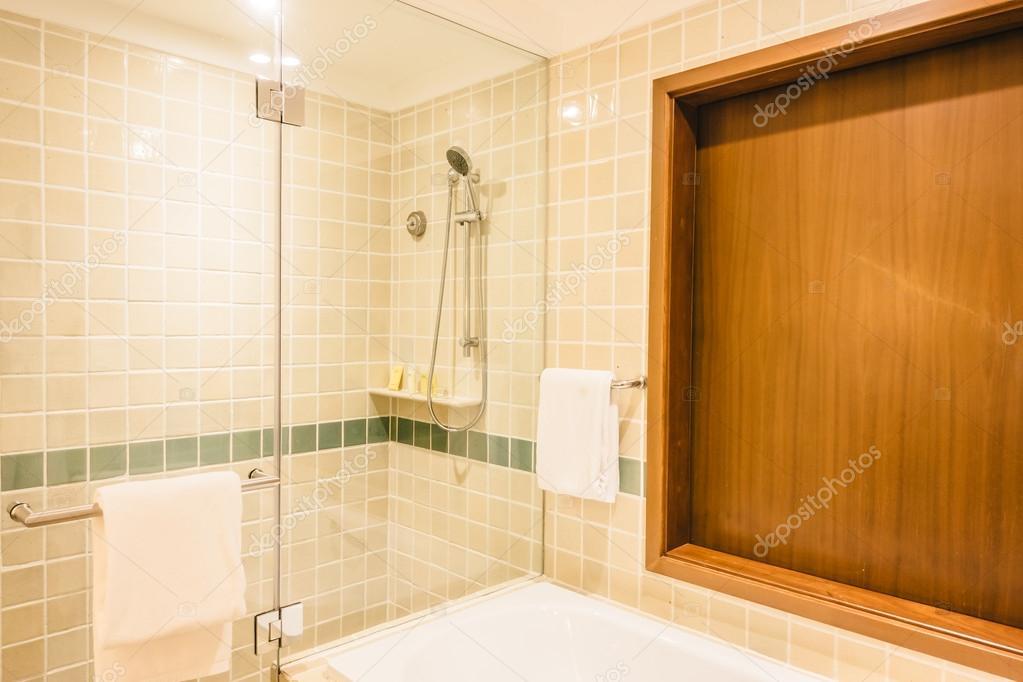 Dusch lÃ¥da i badrum inredning — Stockfotografi © mrsiraphol #109410522