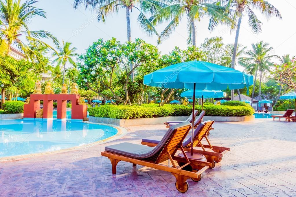 Mooie luxe outdoor zwembad u stockfoto mrsiraphol